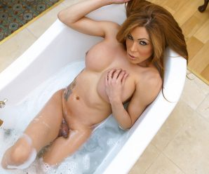 UK-TGirls Sexy Bath And Play With Vanessa!