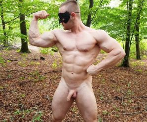 Maskurbate Zahn jerks off in the woods